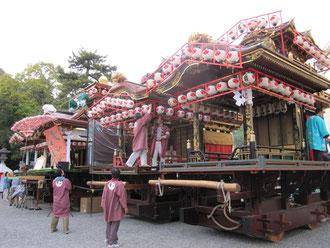 祭り③ 夜の子供歌舞伎に向け余念がありません。おひねりも飛ぶそう。羨ましい…