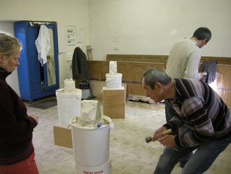 chaque samedi les élèves de l'atelier sculpture  travaillent sous le regard attentif de Marc Normand