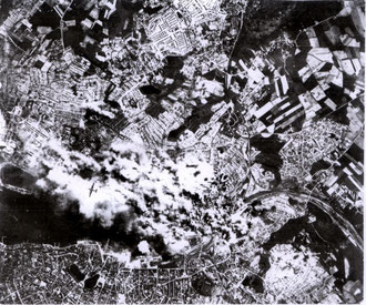 Bombenangriff auf das Ostufer durch U.S. Bomber 1943