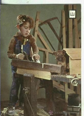 Niño carpintero en sus labores