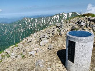 ▲登頂直後は美しい残雪と山々が見えました。