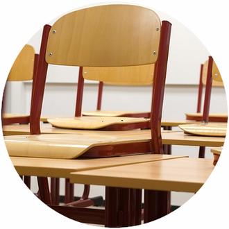 Schulreinigung, aufgestuhltes Klassenzimmer
