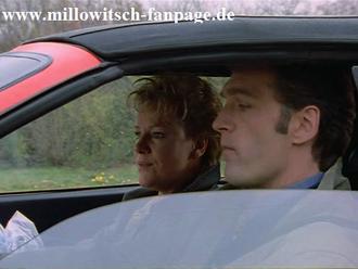 Schmidt nimmt Nikola in seinem Ferrari mit, sie kommen in einen Stau