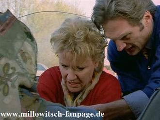 Nikola und Schmidt leisten Geburtshilfe auf der Autobahn, in Schmidts Ferrari!