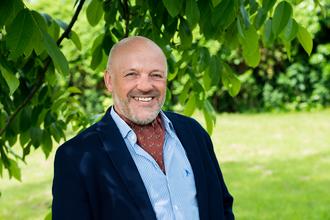 Gérard est expert en analyse de marché et en développement commercial.