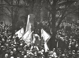 Die Einweihung des Kriegerdenkmals an der Johanniskirche Foto: Stadtarchiv