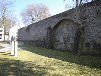 """Die Stadtmauer """"Am Höpperle"""" mit den beiden Bronzefiguren von Franz Weidinger"""