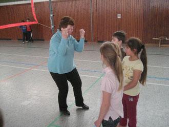 Klassenlehrerin Gertrud Mende-Zeitner gibt ihrer 3a die letzten Anweisungen
