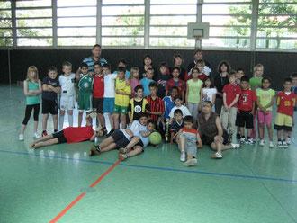 Die vier Mannschaften freuen sich auf die Endrundenspiele - sportlich-fair spielten die Schülerinnen und Schüler miteinsander