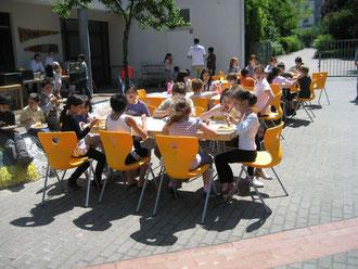 Beim gemeinsamen Essen bei einem Schulfest