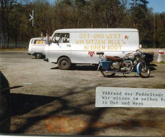 Vorbildliche Unterstützung der Kinder während der Paddeltour, hier zum Beispiel der VW-Transporter