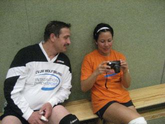 """Vanessa Rangel Padron (rechts) mit Valerie Seifried beim Freizeit-Oldie-Volleyball-Turnier um den """"Diakonie-Wanderpokal"""" 2010 in Westhagen"""