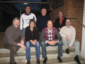 Axel Burgdorf (von rechts sitzend), Henning Pape (LandesSportBund), Christine Kröger, Andreas Bahlburg, und von rechts oben Frank Bredthauer (LandesSportBund), Peter Ibrom und Manfred Wille. Es fehlt Hubert Martens auf dem Bild.