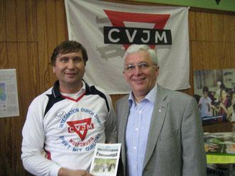 Karl-Heinz Stengel (rechts) und Manfred Wille mit einer Broschüre über die Pausenliga
