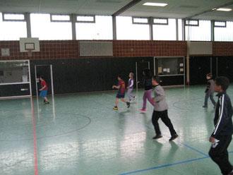 Da geht die Post ab: Fußballer kicken den Ball durch die Halle
