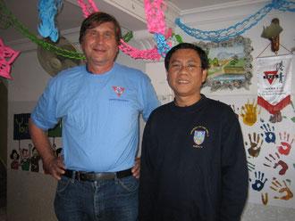 rechts: Bunthok Deth, Generalsekretär des kombodschanischen YMCA, und Manfred Wille mit dem neuerworbenen YMCA T-Shirt