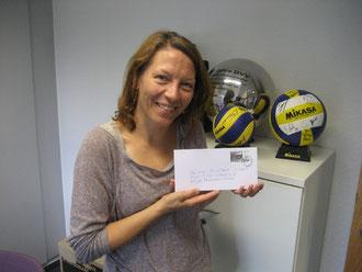 Katrin Siemon mit einer CVJM-Briefmarke zum 60-jährigen Vereinsjubiläums mit dem Motiv der Westhagener Pausenliga