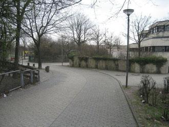 Der Radweg und der Fußgängerweg vor der Schule aus der Sicht vom Westhagener Markt. Deutlich zu sehen die Sichtbehinderung für Radler durch die Mauer