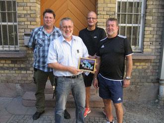 Als Dankeschön für die gute Zusammenarbeit: Martin Berger (von links), Dieter Münzebrock, Andreas Rehr und Georg Caldenhoven