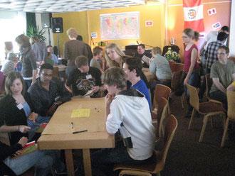 Teilnehmerinnen und Teilnehmer während der Gruppenarbeit