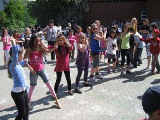 Schülerinnen und Schüler bei einem Fest