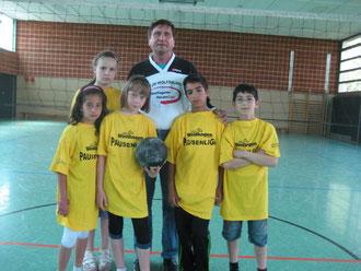 Spielerinnen und Spieler der Volleyball-Pausenliga mit dem Willeball (Mitte Manfred Wille)