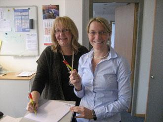 Angela Burkhardt (links) und Stefanie Heider testeten die farbigen Kugelschreiber