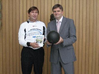 Uwe Schünemann (rechts) und Manfred Wile beim Volleyball spielen im Landtag mit dem Willeball - einer Volleyballblase