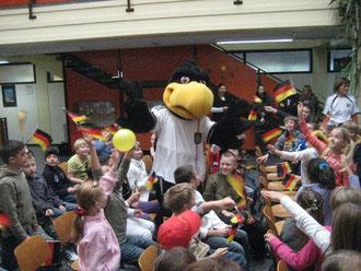 """Hit für die Kids: WM-Maskottchen """"Paule"""" sorgte für Stimmung unter den Schülerinnen und Schülern"""