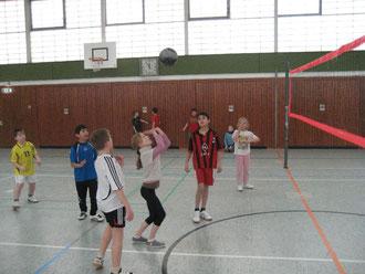 Vorbildlich: Prima wird die Volleyballblase von Mädchen eingepritscht