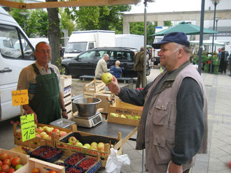 Johann Neustädter probiert frische Äpfel