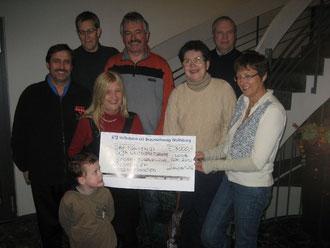 Bei der Spendenübergabe 2010 mit Doris Stein (rechts) vom Kirchenkreisamt