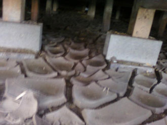 床下にたまったヘドロ。これと同じものが農地に堆積しています。