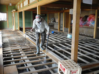 床上浸水し床板を撤去した家屋での散布
