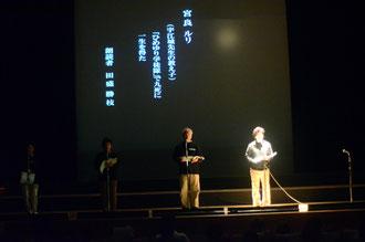 朗読劇「殉職」で、出演者9人が台本を感情を込め読み上げ、当時の状況を浮き彫りにした=石垣市民会館
