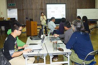 込山民子さん(奥)が、効果的なネット利用方を指導、受講生がパソコンを使ってソフトを試作した=石垣市商工会