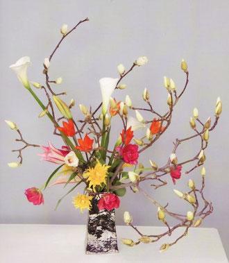 家元作品:花材 ハクレン、チューリップ、カラー、 百合