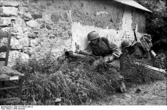 German Fallschirmjaeger tankhunter team (courtesy Bundesarchiv)