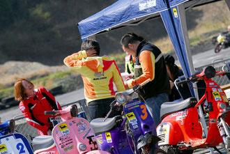 練習走行を終えたライダーとサポートメンバーたちの雰囲気が、このレースを象徴している。とにかくどの顔も、本当に楽しそうなのだ