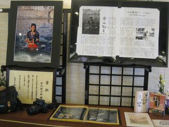 斎場に並ぶ、在りし日の古川隆次郎先生を偲ぶ品々。