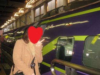 この新幹線を写そうと多くのファンがカメラを向ける。