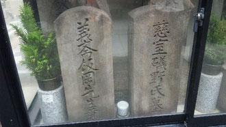 風化が進むのを防ぐため、墓はガラスケースの中にある