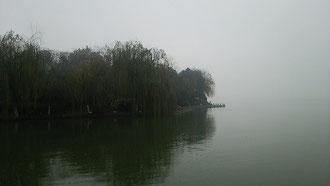 雨に煙る太湖 水墨画の世界