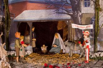 Rote Rosenblätter erinnern am Tag der UNSCHULDIGEN KINDER in der Milieukrippe in Lyskirchen an die Gewalt gegen Kinder