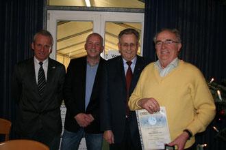 50 Jahre Vereinsmitgliedschaft ehrten (v.l.) Peter Kwiotek (Stellvertretender Bürgermeister), Martin Stiens (Vorsitzender) und Bernhard Ernstschneider. Sie überreichten dem Züchter Karl-Hermann Teeke eine Urkunde.