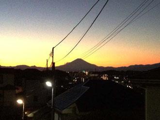 元日の夕暮れに浮かぶ富士山のシルエット~きれい