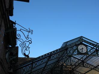 La verrière Eiffel et notre enseigne.