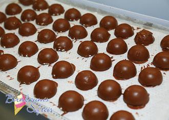 Kouvertüre Überzug in Schoko, Weiße Schokolade, Pistazie oder Nuss
