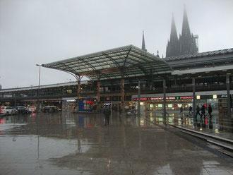 Kölner Bahnhof und dahinter der Dom