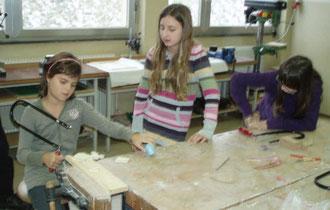 Tamara (1A Klasse) schaut Belinda (VS Albrechtsberg) genau auf die Finger ;-)